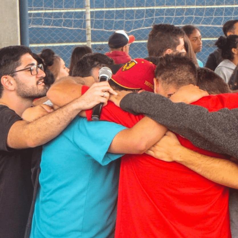 Jovens abraçados no Encontro TK