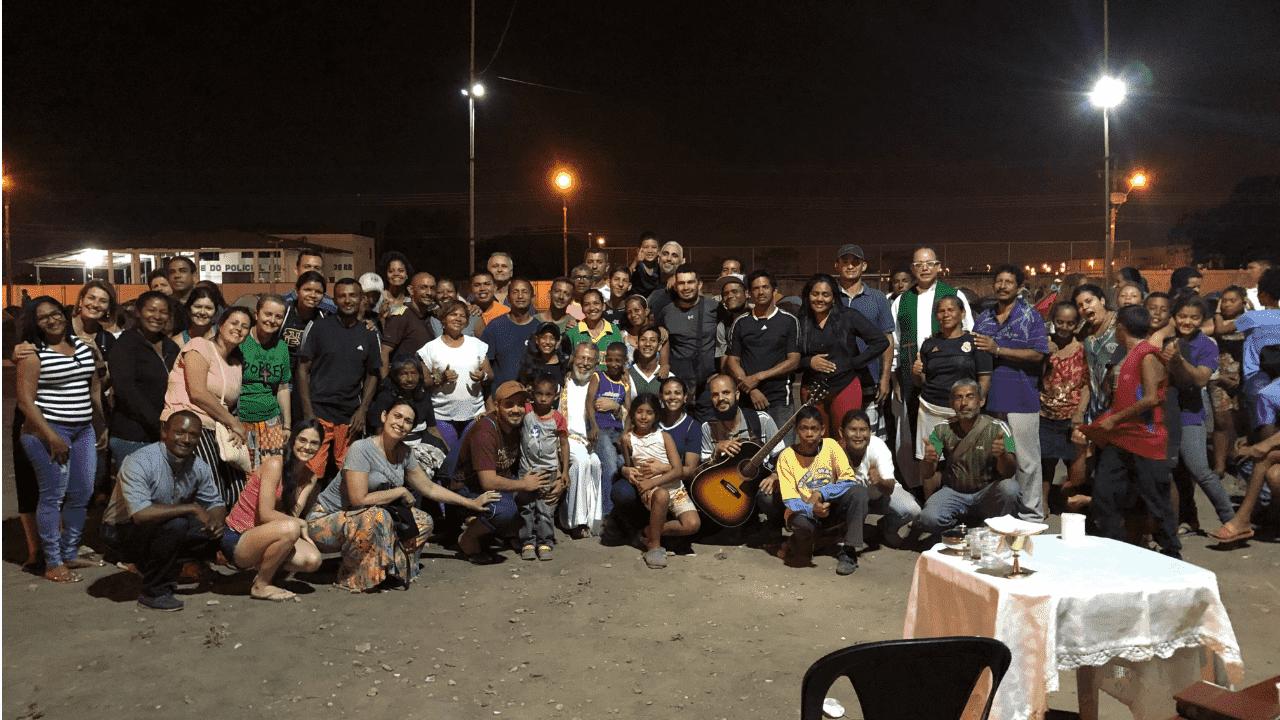 Missionários e venezuelanos após a missa