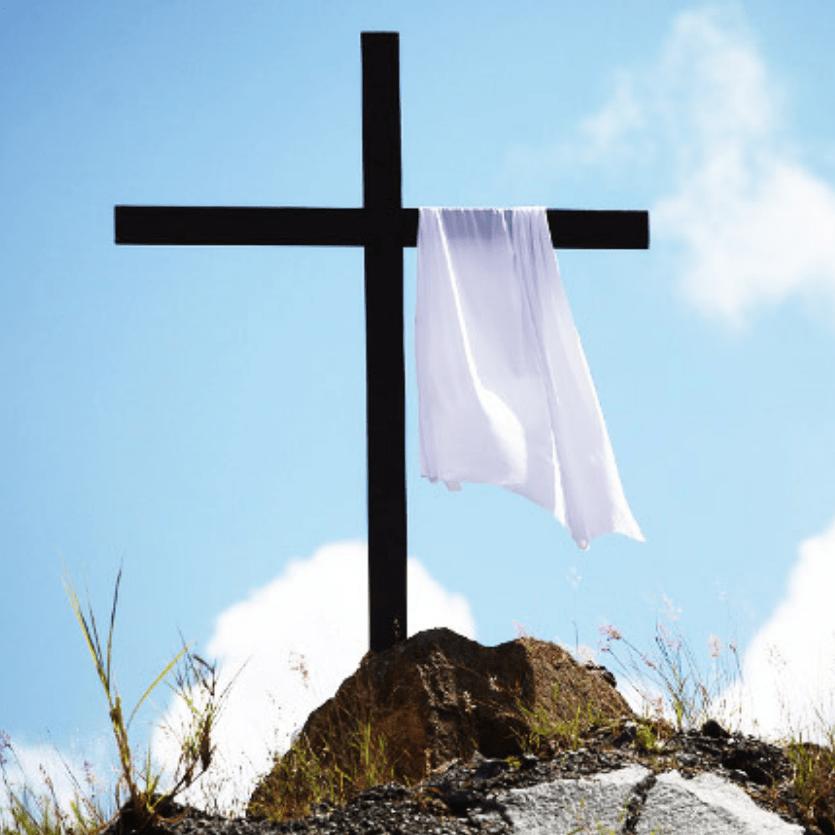 Cruz com lençol branco em cima do monte