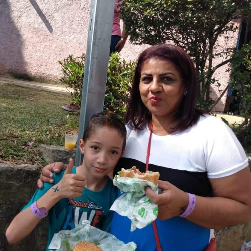 Mãe e filho experimentam o hamburguer artesanal