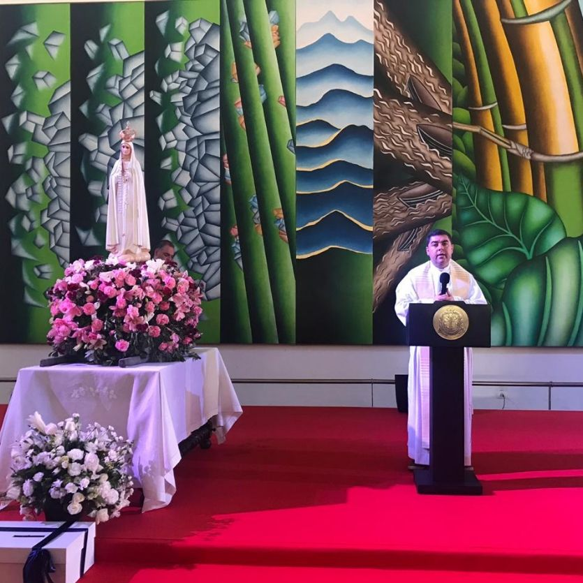Padre Custódio com a Imagem de Nossa Senhora ao fundo