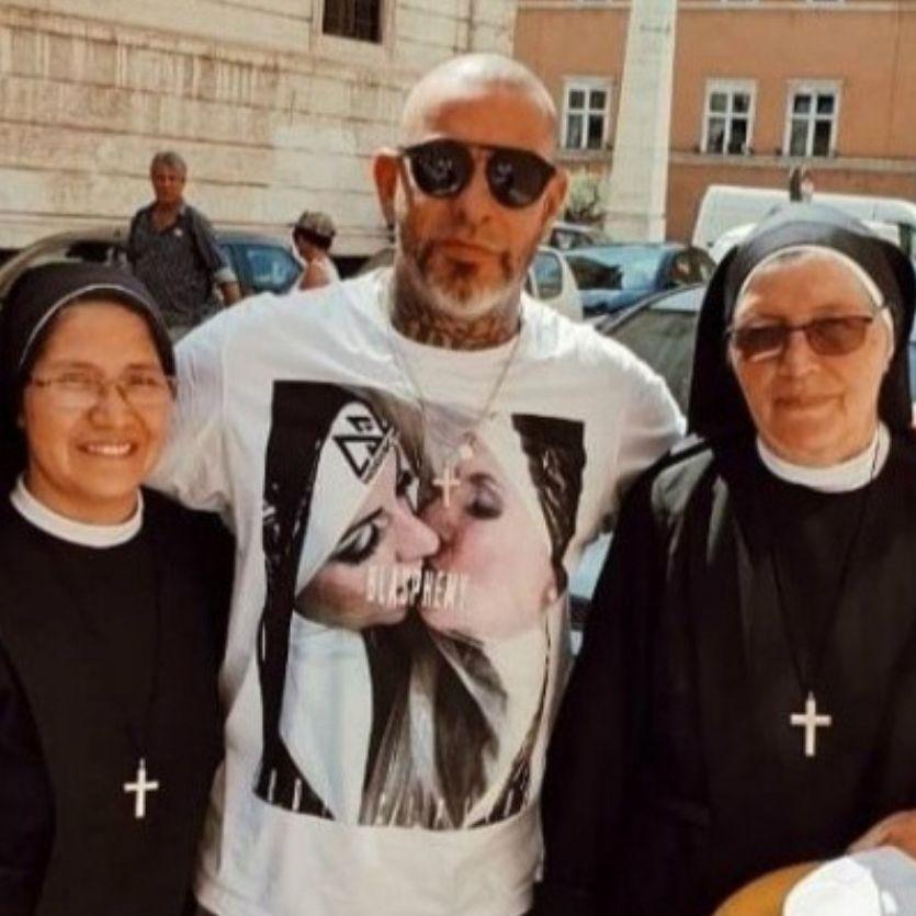 Henrique Fogaça em foto com as duas religiosas.