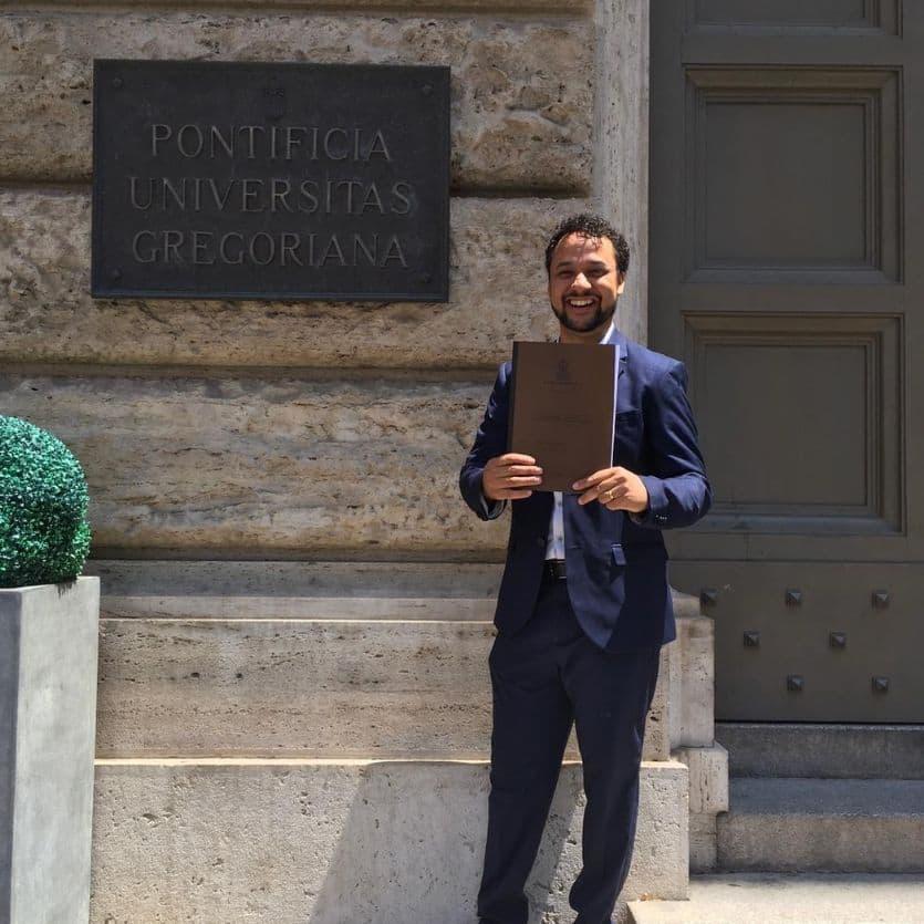 Rafael em frente a Universidade Gregoriana.