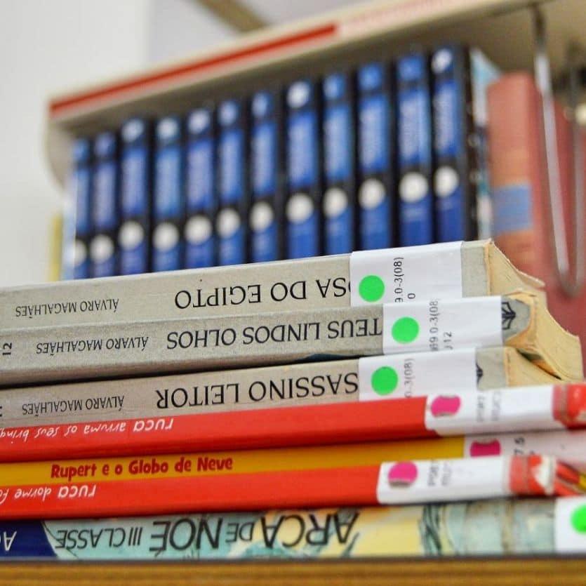Livros empilhados.