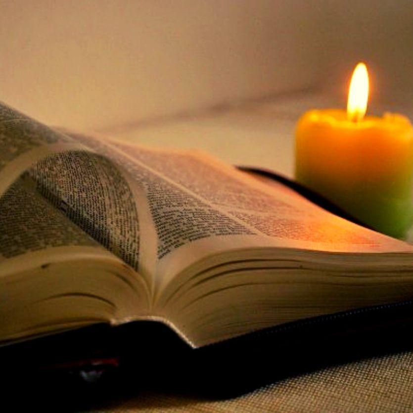 Bíblia aberta-vela acesa.