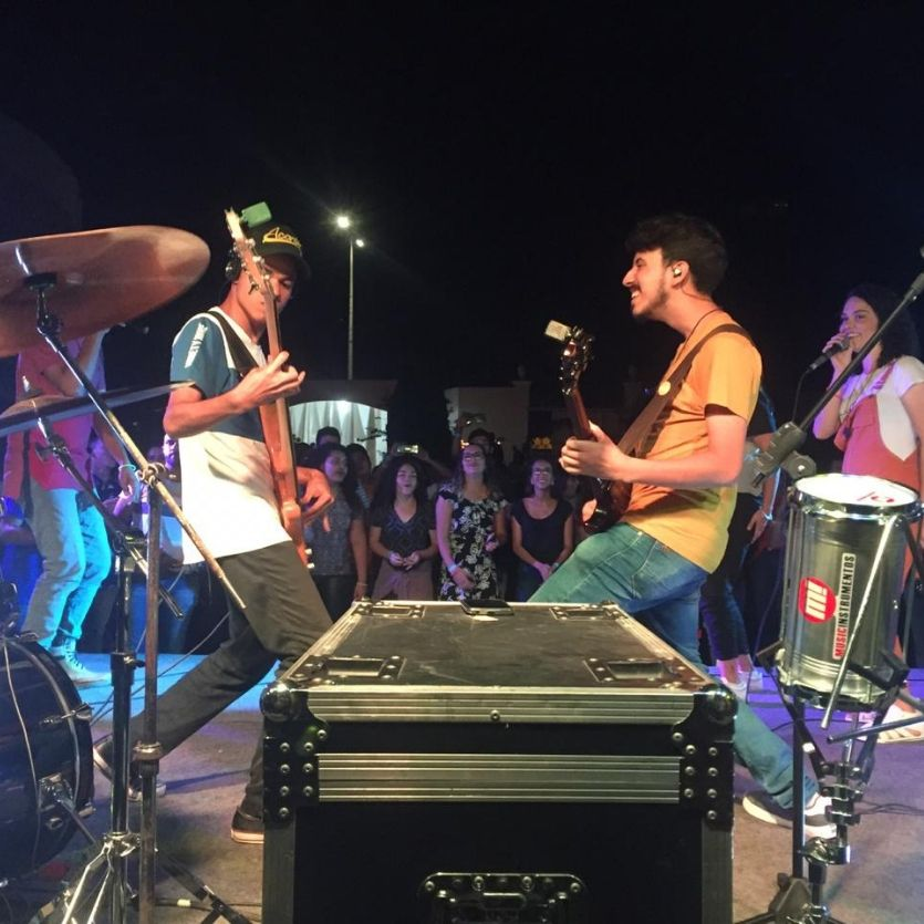Músicos do Acordi apresentam-se no palco.