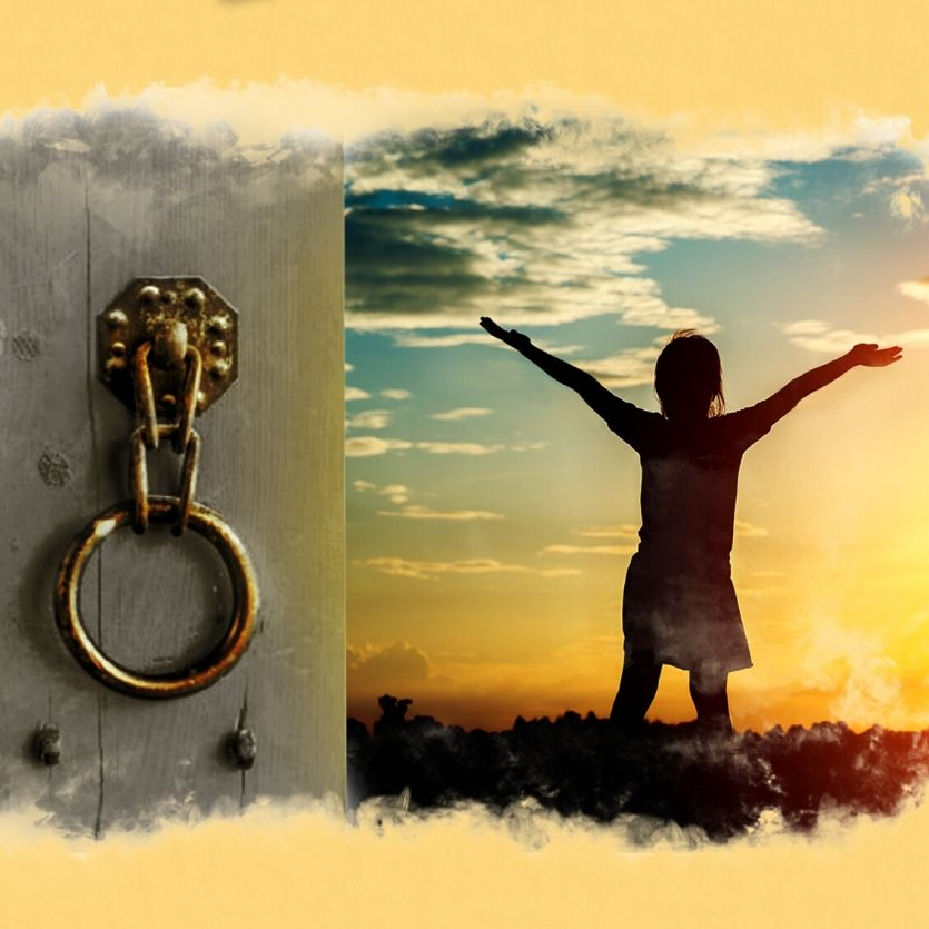 Pessoa de braços aberto diante do nascer do sol. À esquerda a fechadura de uma porta