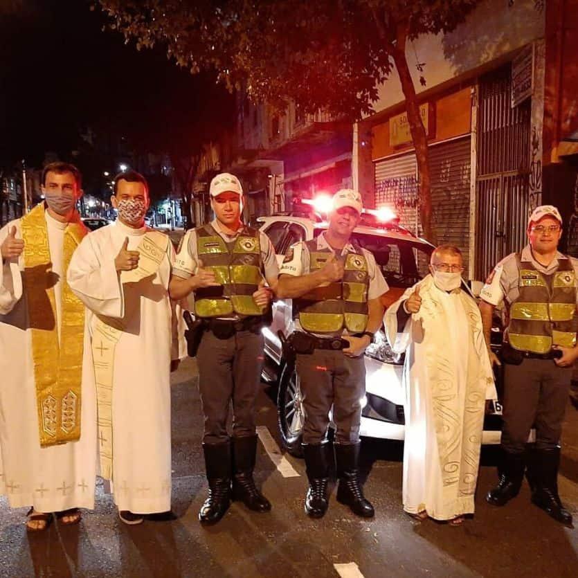 padres e policiais na rua