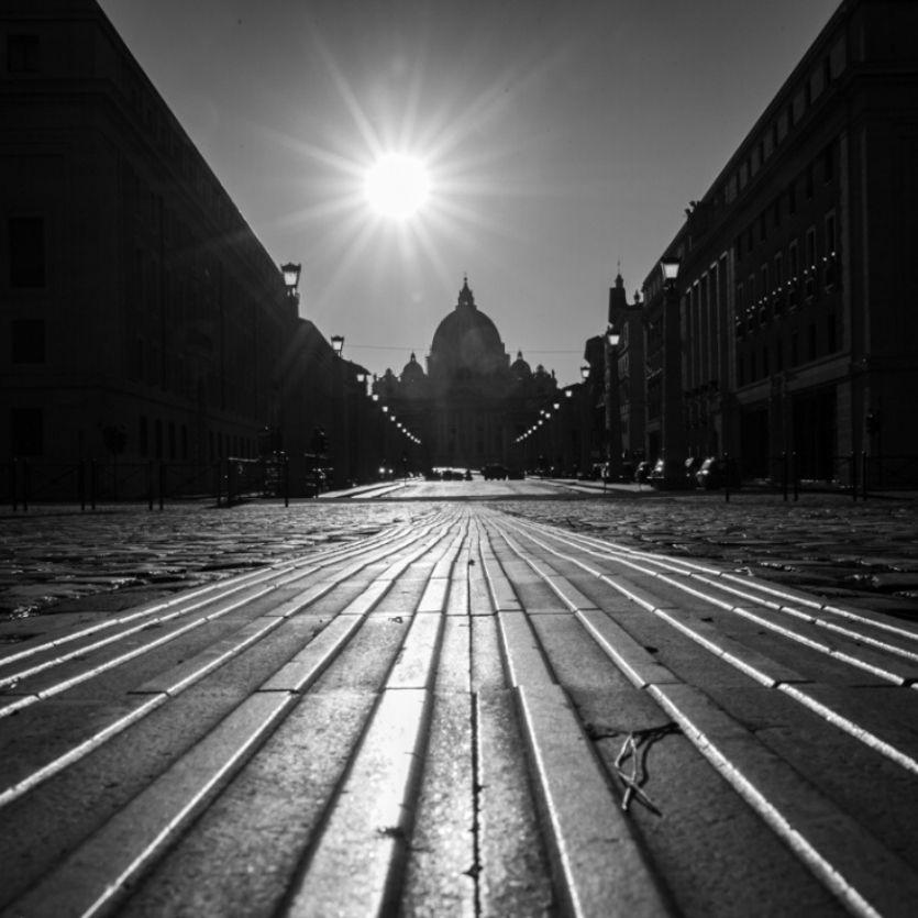 Rua de Roma vazia-preto e branco
