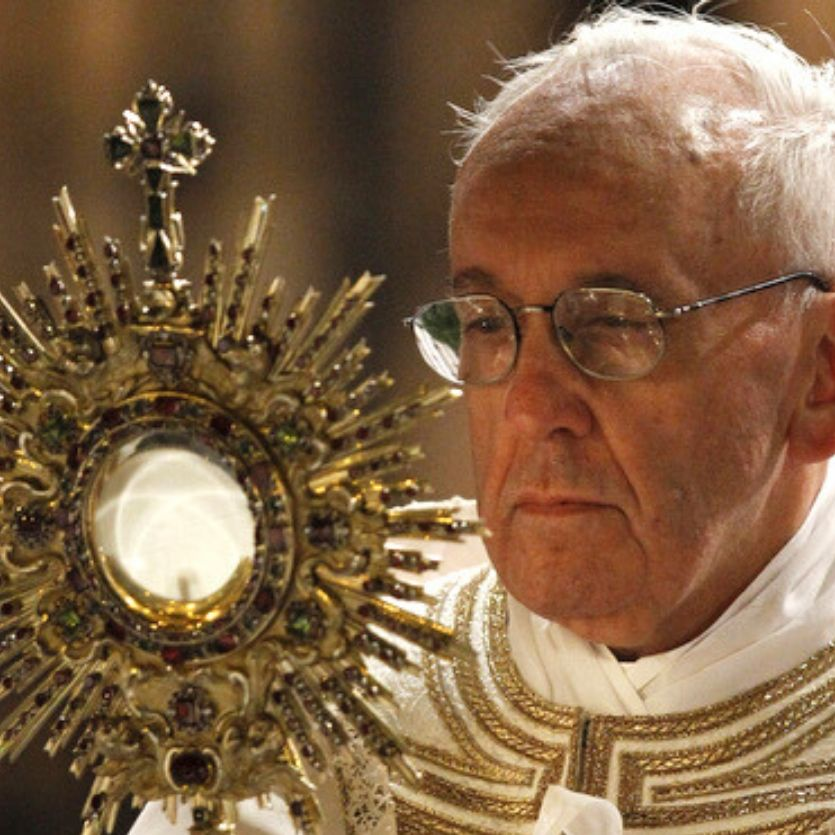 Papa Francisco segura e olha fixamente Jesus eucarístico no ostensório