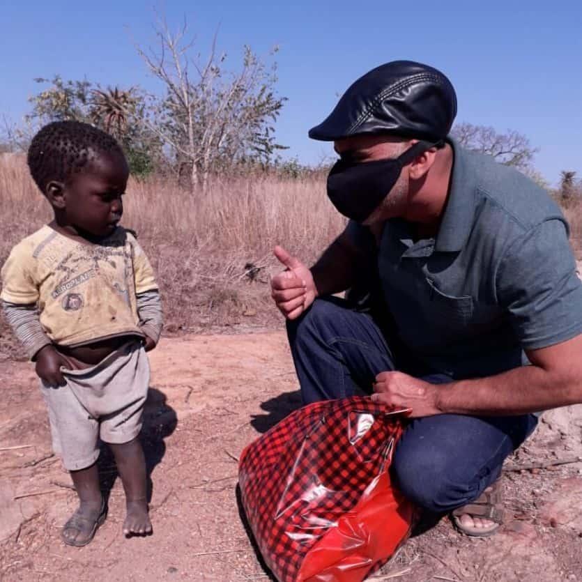Padre André interage com criança em Moçambique.