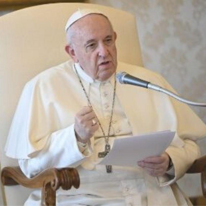 Papa sentado na cadeira da Biblioteca do Vaticano.