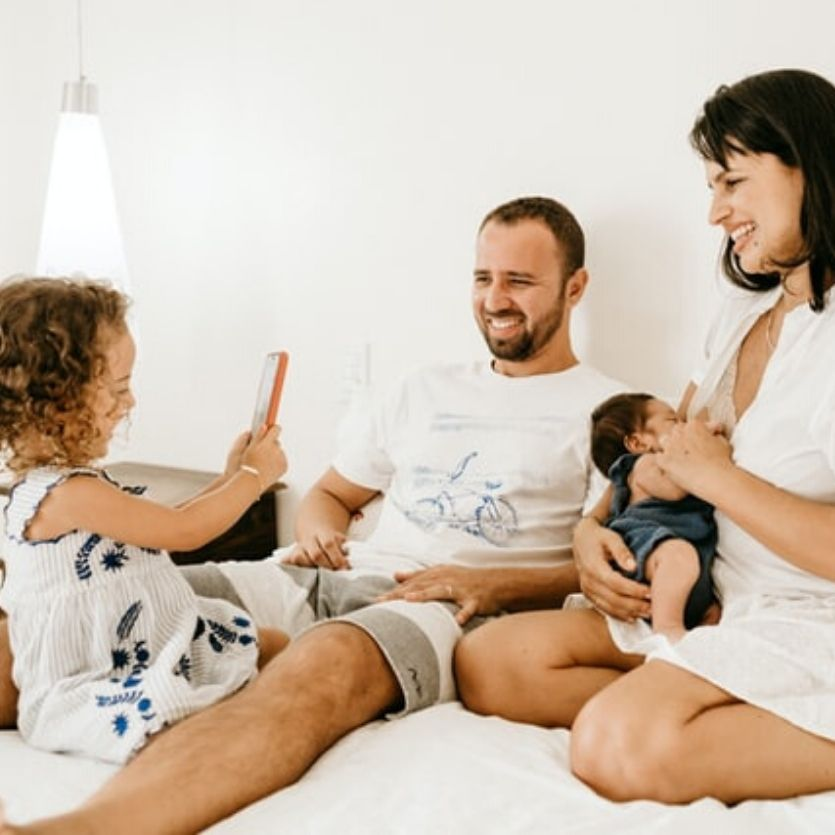 Familia reunida (pai, mãe amamentando um bebê)